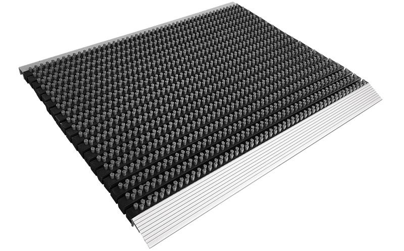 Bijvoorbeeld een ADmat Borstelmat van A&D Logomat B.V. Deze Borstelmat is nét iets breder (90 x 60 cm) dan de standaard Borstelmat, zodat deze beter voor de voordeur past.