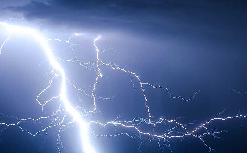 Voorkom bliksemschade en trek – voordat het onweer losbarst – alle stekkers uit het stopcontact.