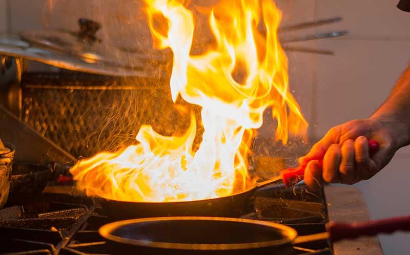 Een keukenbrand ontstaat vaak door een vlam in de pan. Pak de pan dan nooit op!